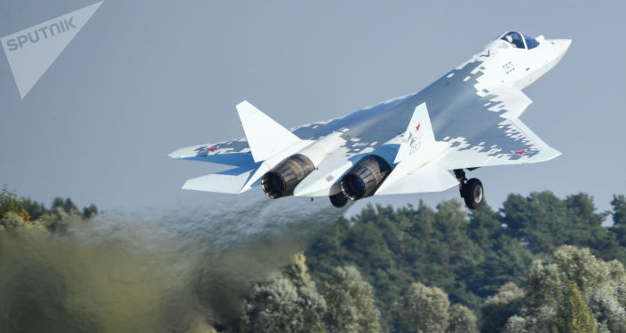 Myąliwce piątej generacji Su-57 w locie na Międzynarodowych Targach Lotniczych i Kosmicznych MAKS-2019