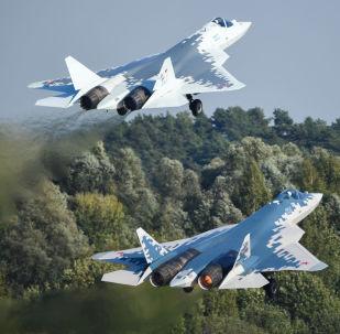 Myśliwce piątej generacji Su-57 w locie na Międzynarodowych Targach Lotniczych i Kosmicznych MAKS-2019