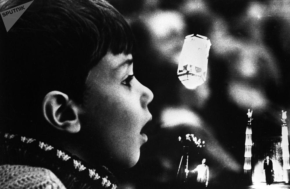 Mały widz ogląda przedstawienie Igora Kio w Cyrku na Cwietnom bulwarze, 1967 rok