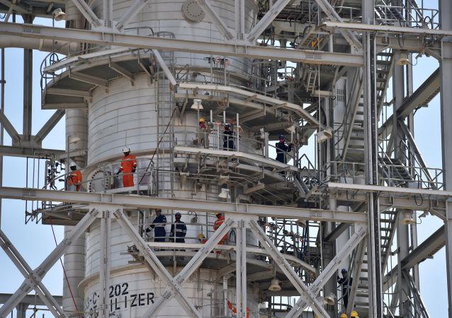Uszkodzona instalacja w rafinerii w Khurais, w Arabii Saudyjskiej