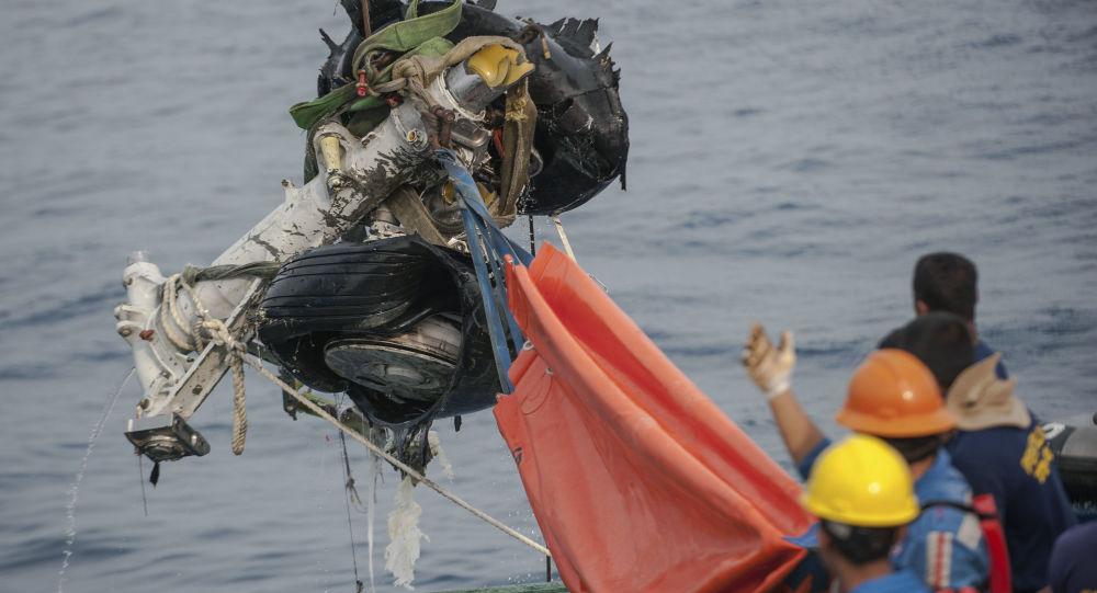 Wyciągnięcie z morza podwozia samolotu Lion Air, który rozbił się w Indonezji
