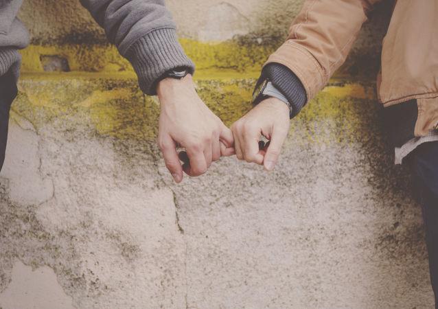 Para gejów trzyma się za ręce