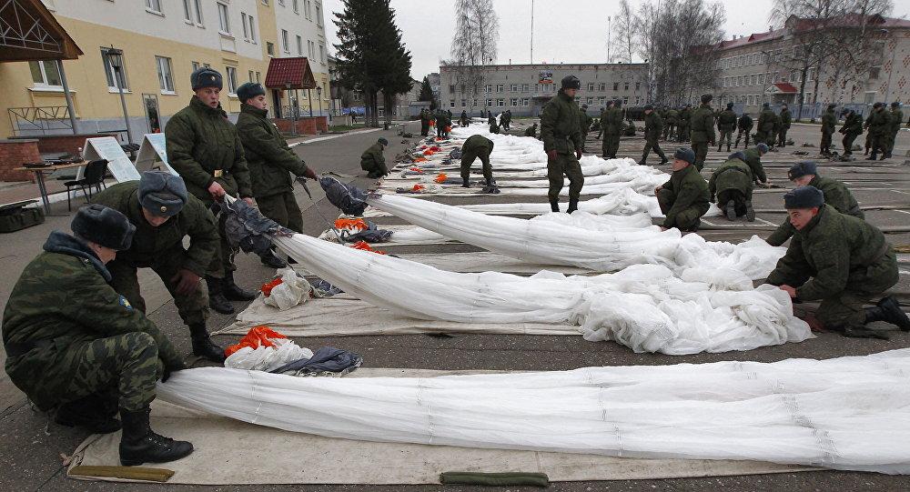 Rosyjscy żołnierze uczą się składać spadochrony