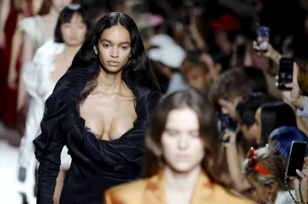 Modelki prezentują kolekcję Y/Project podczas Tygodnia Mody w Paryżu