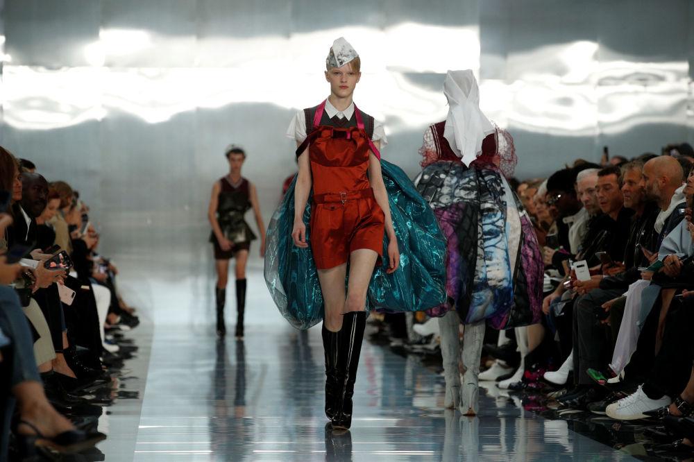 Modelka prezentuje kolekcję John Galliano podczas Tygodnia Mody w Paryżu