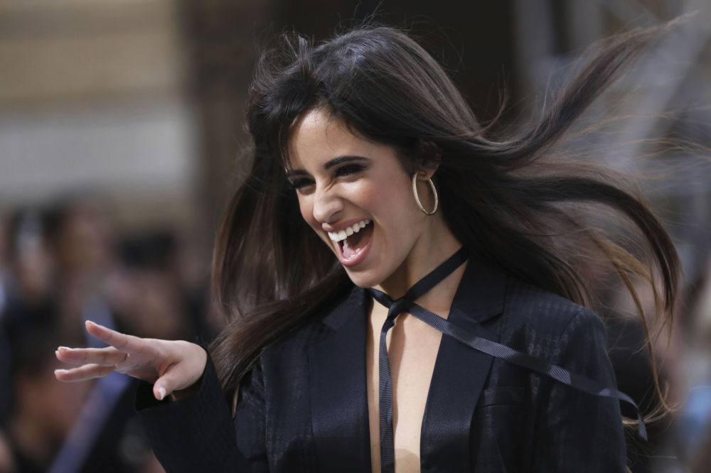 Piosenkarka Camila Cabello prezentuje kolekcję L'Oreal podczas Tygodnia Mody w Paryżu