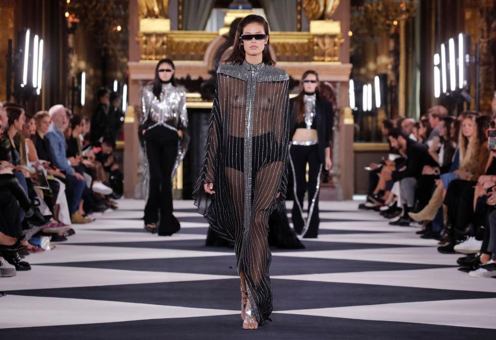 Modelki prezentują kolekcję Olivier Rousteing podczas Tygodnia Mody w Paryżu