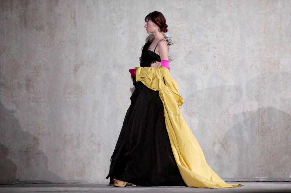 Modelka prezentuje kolekcję Dries Van Noten podczas Tygodnia Mody w Paryżu