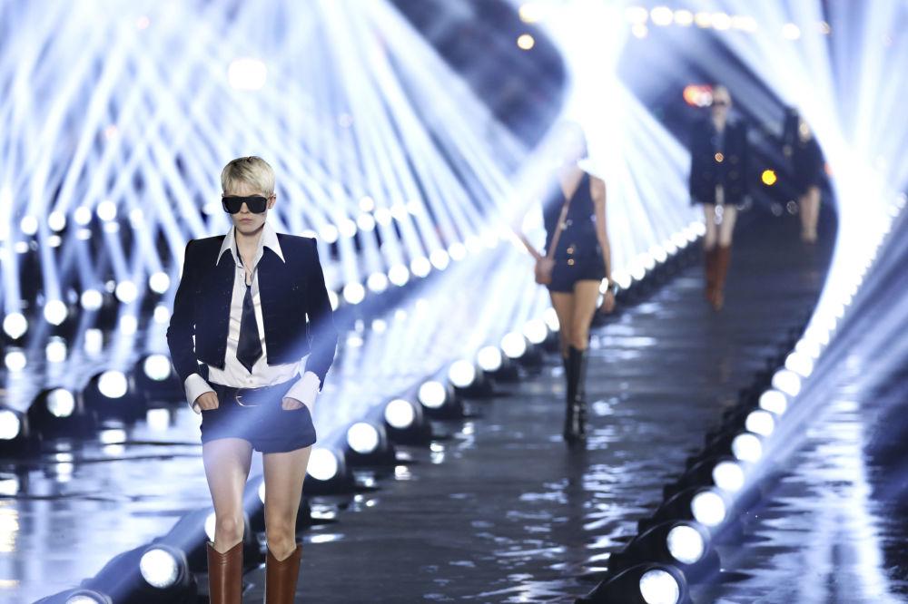 Modelki prezentują kolekcję Saint Laurent podczas Tygodnia Mody w Paryżu