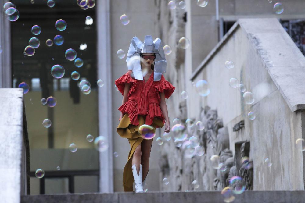 Modelka prezentuje kolekcję Rick Owens podczas Tygodnia Mody w Paryżu