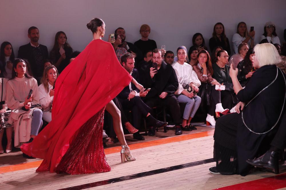 Modelka prezentuje kolekcję  Elie Saab podczas Tygodnia Mody w Paryżu