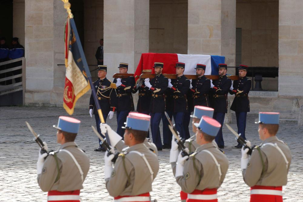 Francuscy strażnicy republikańscy niosą trumnę z ciałem byłego prezydenta Francji Jacquesa Chiraca