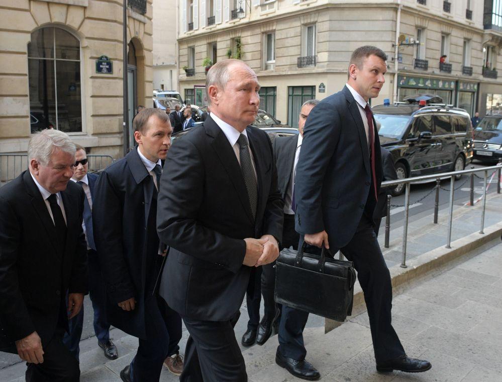 Władimir Putin przed ceremonią pogrzebową byłego prezydenta Francji Jacquesa Chiraca w kościele Saint-Sulpice