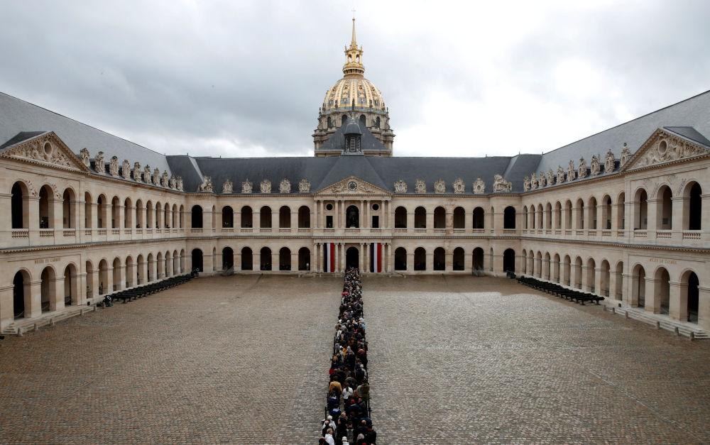 Ludzie stoją w kolejce, aby oddać hołd zmarłemu byłemu prezydentowi Francji