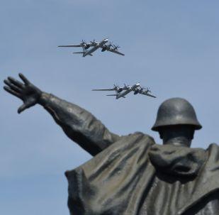 Bombowce strategiczne Tu-95MS na próbie powietrznej części parady zwycięstwa w Moskwie