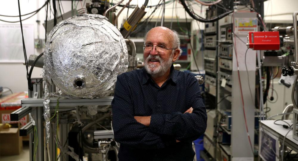 Laureat Nagrody Nobla 2019 w dziedzinie fizyki astronom Michel Mayor w laboratorium przed wykładem w Torrejón de Ardoz, niedaleko Madrytu
