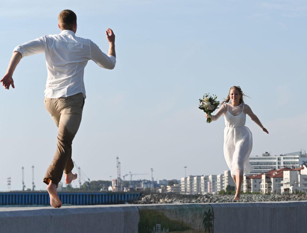 Nowożeńcy na skarpie w Soczi