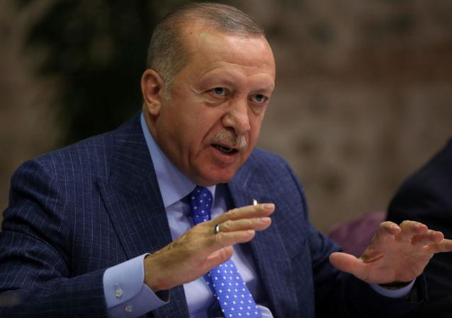 Prezydent Turcji Recep Tayyip Erdogan na spotkaniu z dziennikarzami w Stambule