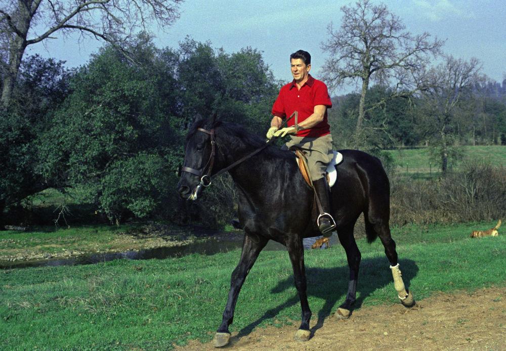 Gubernator Kalifornii Ronald Regan na koniu na swoim ranczo w pobliżu Auburn, 1968 rok