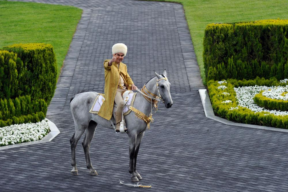 Prezydent Turkmenistanu Gurbanguly Berdimuhamedov podczas obchodów Dnia Konia w Aszchabadzie