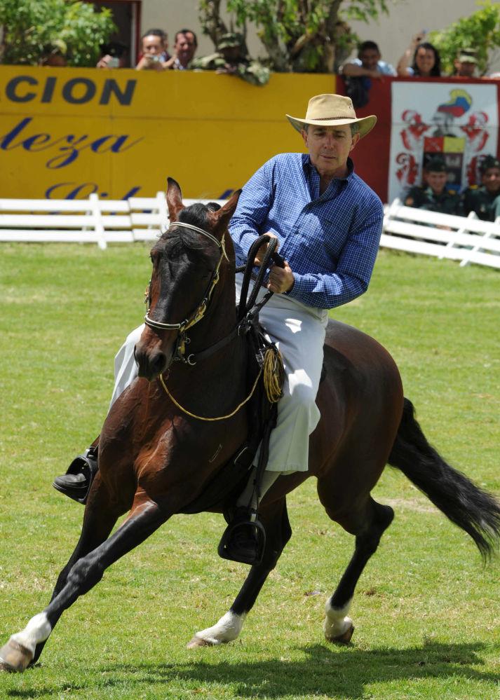 Prezydent Kolumbii Alvaro Uribe jeździ na koniu podczas obchodów rocznicy bitwy pod Bogotą