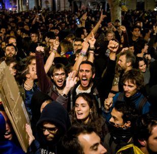Uczestnicy akcji protestu na jednej z ulic Barcelony