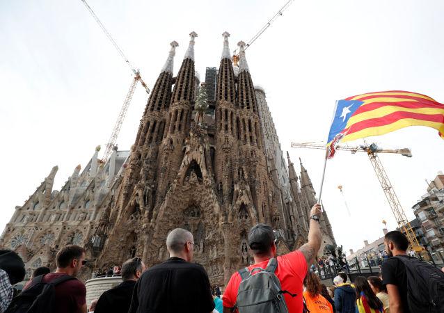 Strajk generalny przed hiszpańskim kościółem Sagrada Família.