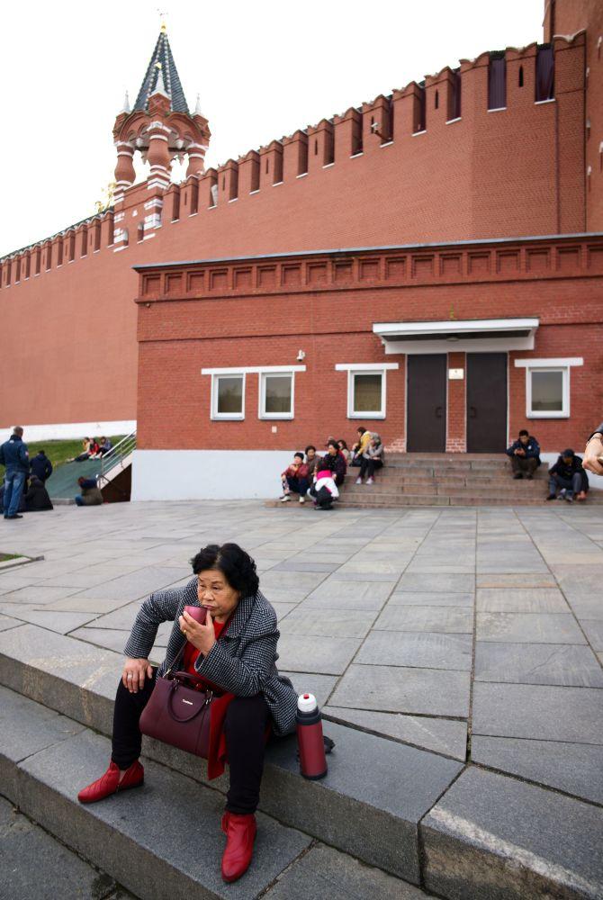 Zagraniczna turystka na Placu Czerwonym w Moskwie