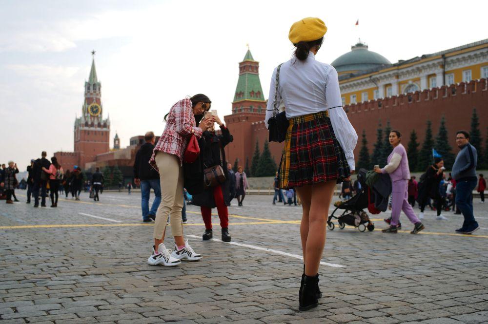 Zagraniczne turystki fotografują się na Placu Czerwonym w Moskwie