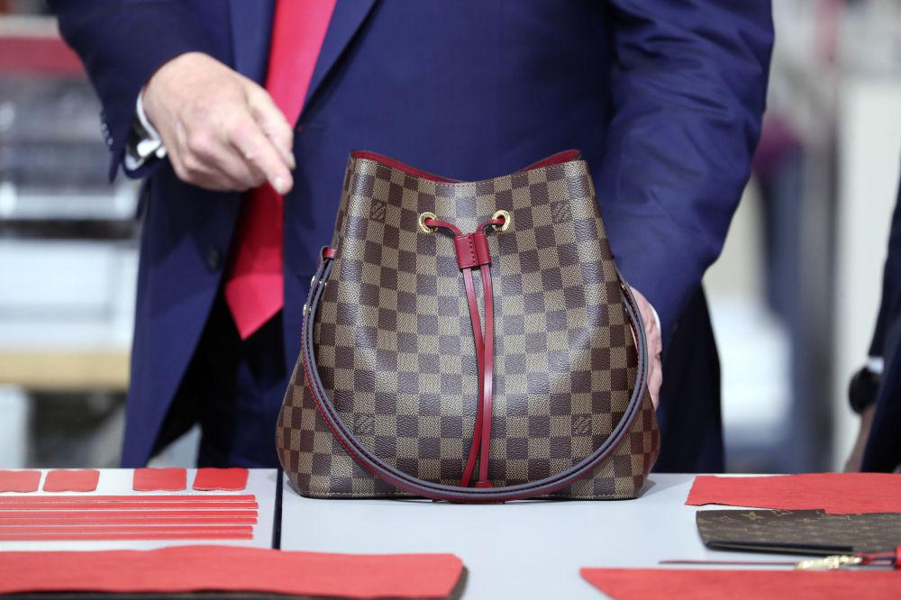 Prezydent USA Donald Trump z torebką Louis Vuitton.