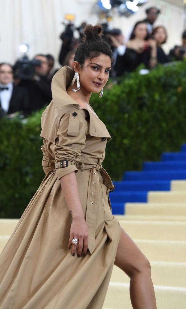 Aktorka Priyanka Chopra w sukience od Burberry na gali MET Gala w nowojorskim Metropolitan Museum of Art.
