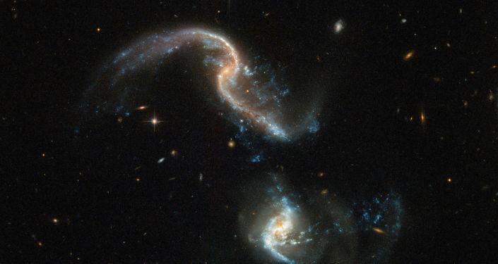Proces zlewania się galaktyk, zarejestrowany z pomocą teleskopu Hubble'a