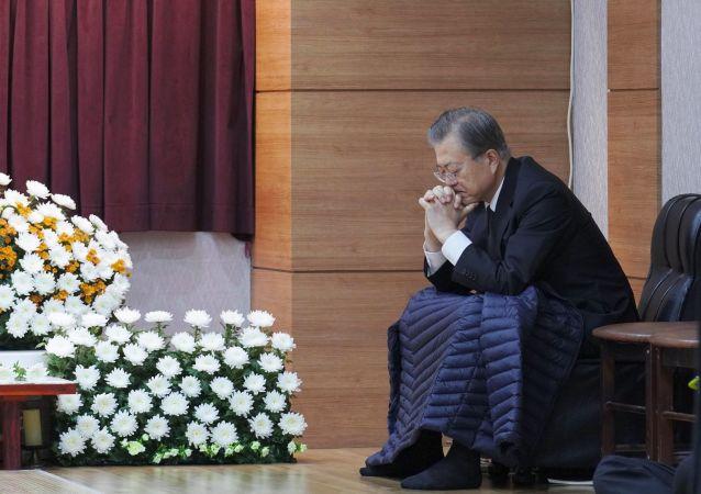 Prezydent Korei Południowej Mun Jae-in obok ołtarza pogrzebowego swojej matki Kang Han-ok