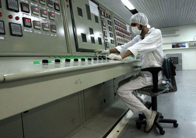 Irański technik w czasie pracy w zakładzie wzbogacania uranu
