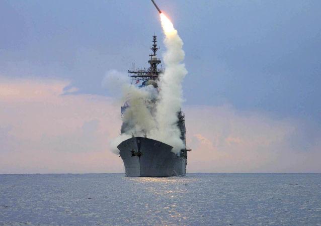 Start rakiety Tomahawk z okrętu wojennego USS Cape St. George