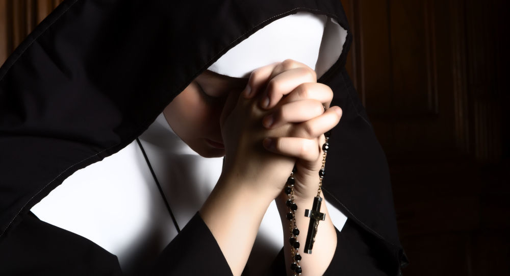 Zakonnica podczas modlitwy