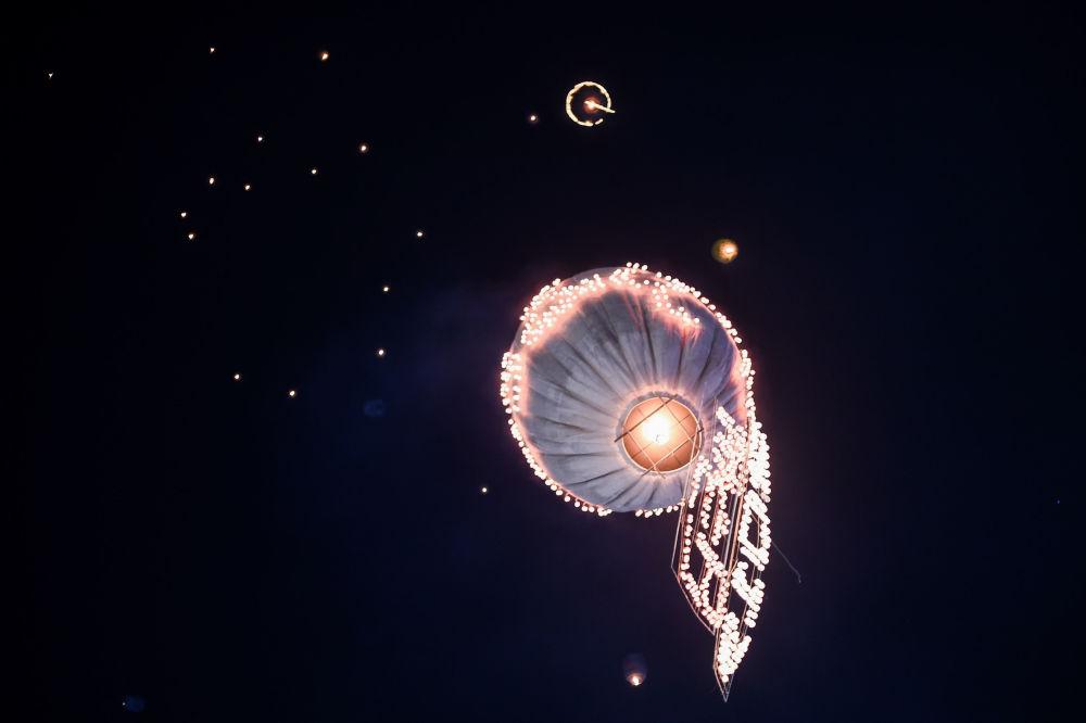 Puszczanie balonu w czasie festiwalu Tazaungdaing Lighting Festival w Mjanmie.