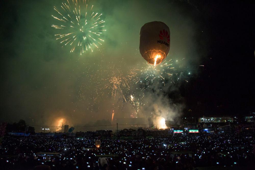 Puszczanie podświetlanych balonów na festiwalu Tazaungdaing Lighting Festival w Mjamie.
