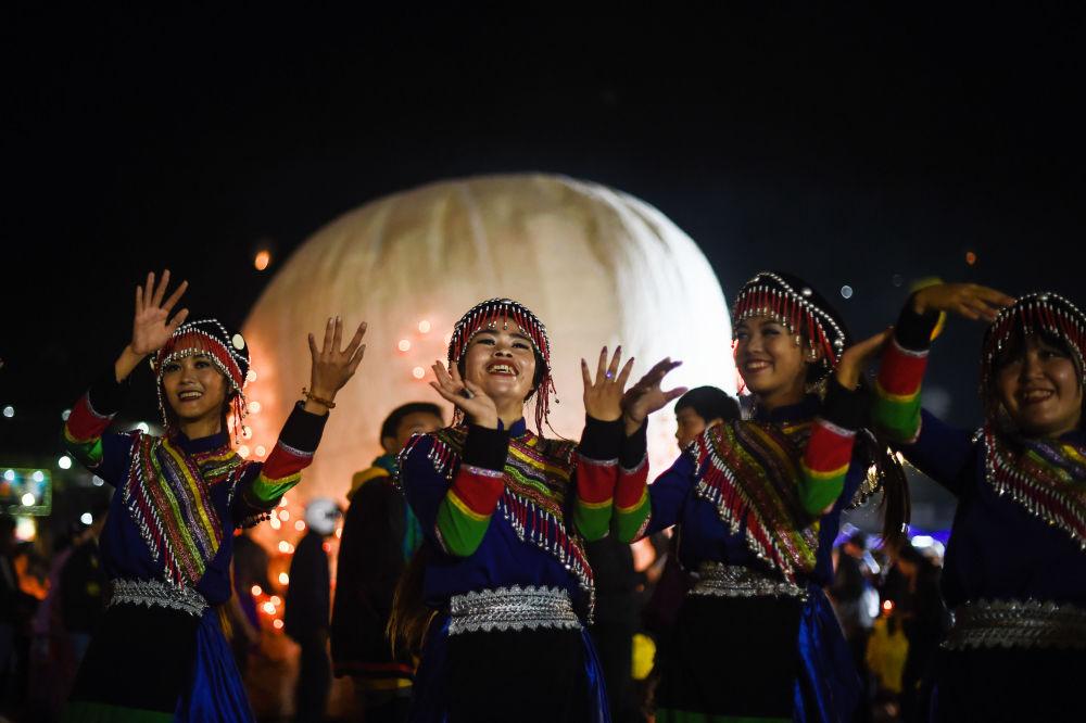 Uczestnicy festiwalu Tazaungdaing Lighting Festival w Mjanmie.