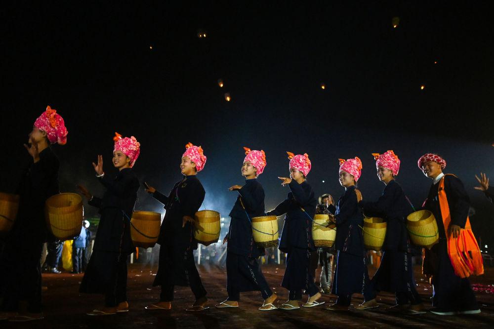 Uczestnicy festiwalu Tazaungdaing Lighting Festival w Mjamie.