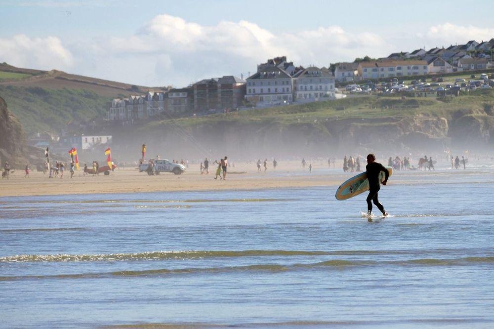 Surfer na plaży Perranporth Beach w Wielkiej Brytanii