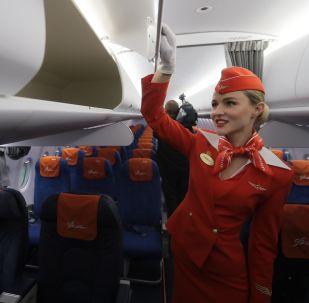 Stewardessa w samolocie Sukhoi Superjet 100