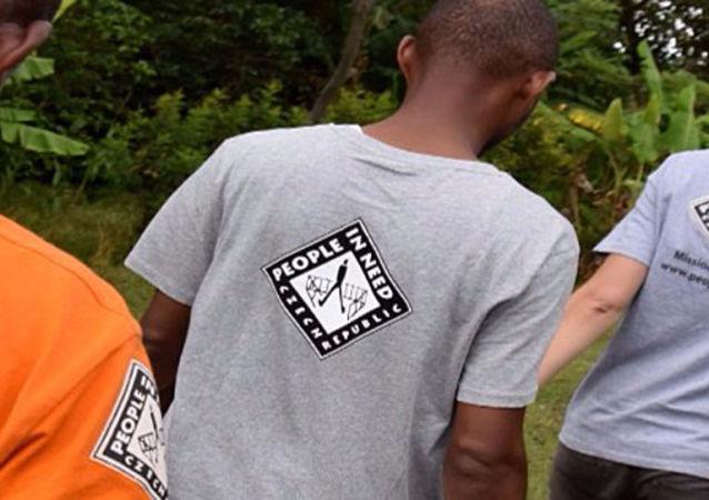 Ludzie w koszulkach z logo czeskiej organizacji Člověk v tísni (Człowiek w potrzebie)