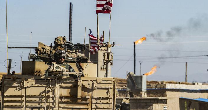 Amerykański pojazd wojskowy przy polu naftowym w Syrii