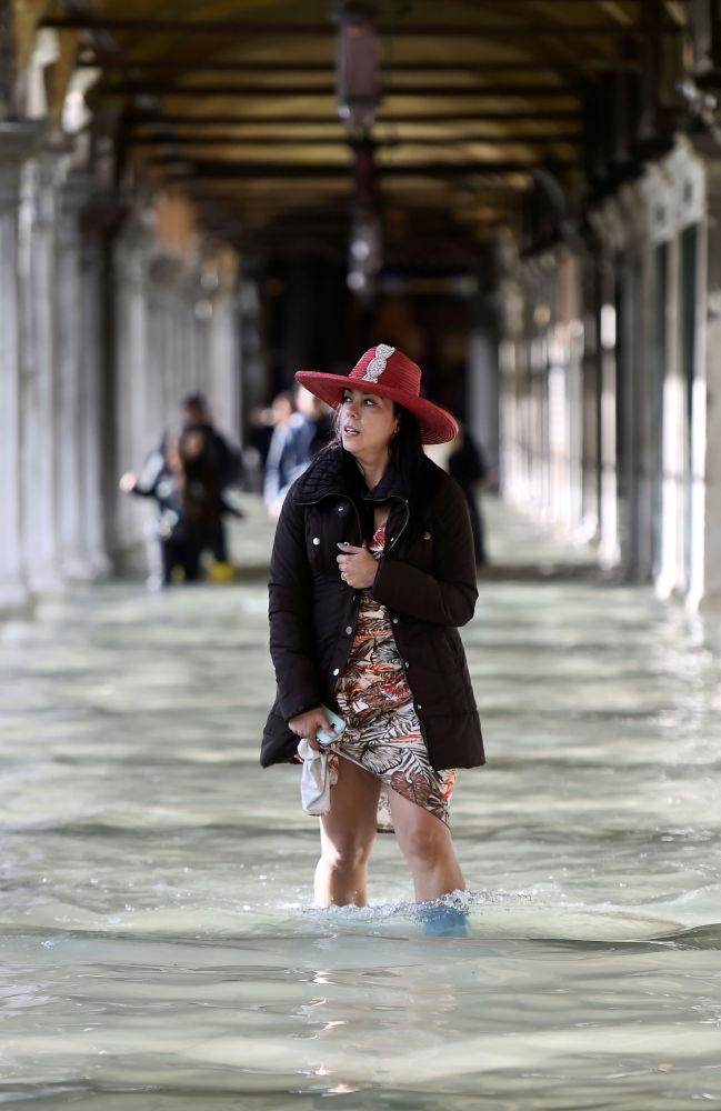 Spacerująca turystka podczas powodzi na Placu św. Marka w Wenecji