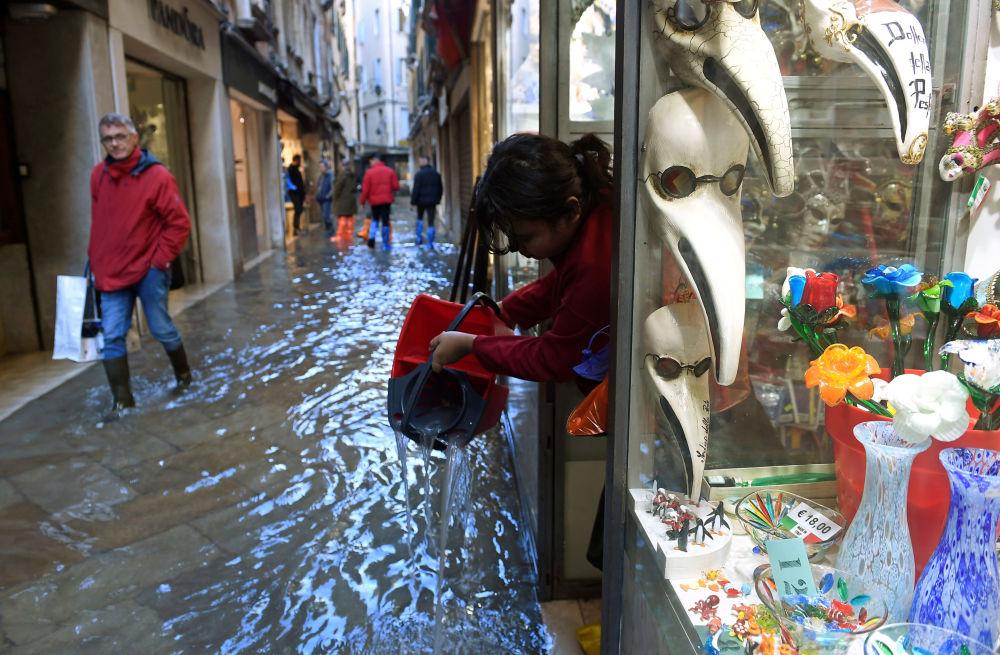 Sklep z pamiątkami podczas powodzi, Wenecja