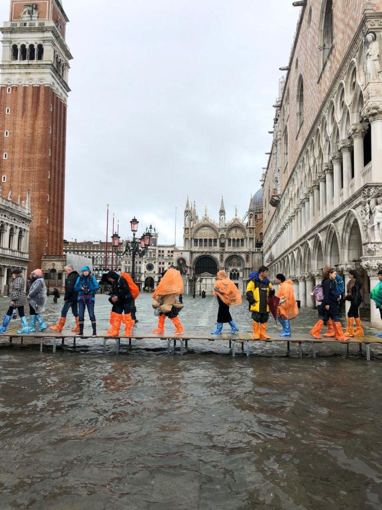 Turyści podczas powodzi w Wenecji
