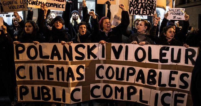 Protest przeciwko Polańskiemu pod teatrem Champo w Paryżu