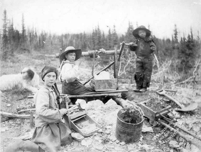Troje dzieci pracujących w kopalni złota w Kanadzie, 1898