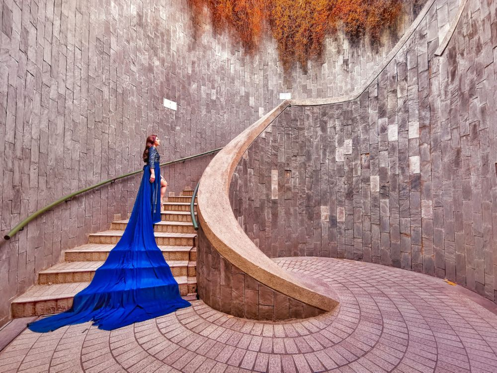 "Zdjęcie ""Lady in Blue"" fotografa z Singapuru na konkursie fotograficznym The World's Best Photos of #Fashion2019."